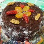 Bolo de chocolate com morango, damasco e nozes