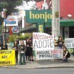 Pelo terceiro ano consecutivo ONCA faz protesto em feira de filhotes de Curitiba
