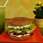 Você sabe como é feito o veganburger do Atma Veg?