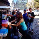 """Ativistas distribuem refeições vegetarianas a moradores """"de rua"""" em Porto Alegre"""