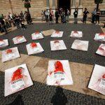 ONG faz bandeja de carne humana no centro de Barcelona