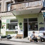 Nazistas jogam carne nos clientes de um café Vegan por considerá-los LGBTs
