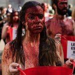 Espanhóis se banham de sangue em protesto contra Touradas